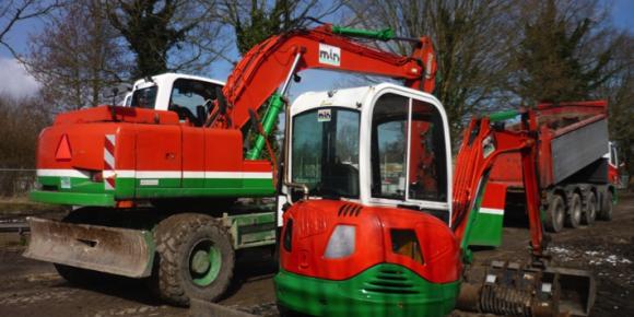 Mobiele kraan, minigraver JCB 803 en vrachtwagen 8x4